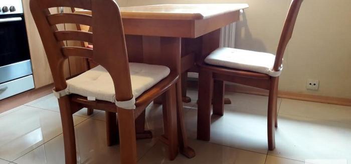 Stół kuchenny drewniany z krzesłami i kredens drewniany - 600 zł